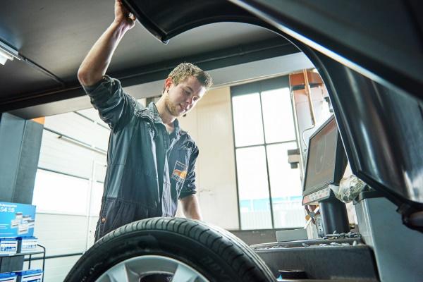 In onze werkplaats kunt u uw autobanden in Emmen laten repareren