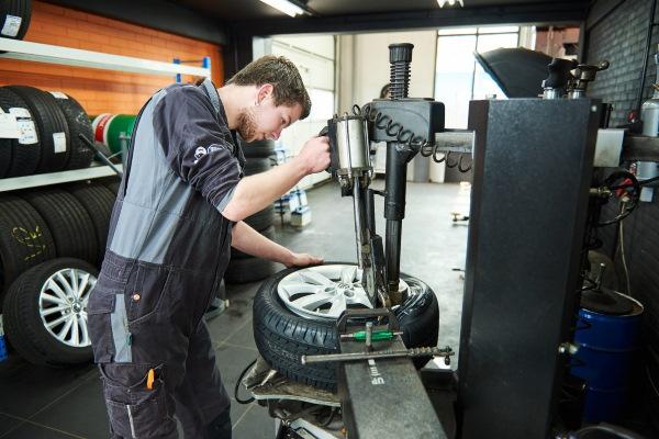 Voor een bandenwissel, reparatie aan uw autobanden of nieuwe autobaden, kunt u terecht bij onze autobanden service in Emmen